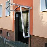 Hauseingangsüberdachung mit einen halbrundem Aluminiumdach
