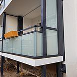 Balkonerweiterung rechteckig mit Verbundsicherheitsglas (VSG) und Blumenkasten