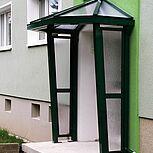 Aluminiumhaustürvordach mit seitlicher VSG-Verglasung als Sicht-und Windschutz