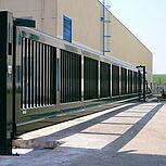 Freitragendes Schiebetor mit einer Öffnungsbreite von 15 Metern