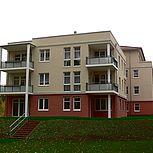 Beton-Eckbalkon mit halbtransparentem Geländer und Blumenkasten