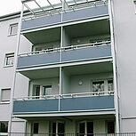 Systembalkon aus Stahl viereckig mit grauer Stahlrahmenkonstruktion. Typ Elegance - Rechteckform 6,00 x 1,80 m