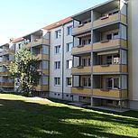 Betonbalkon mit gelber Stahlrahmen- oder Aluminiumkonstruktion und Sichtschutzseitenwand