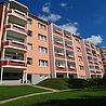 Rote Balkone mit Aluminium- oder Stahlrahmenkonstruktion und Blumenkästen