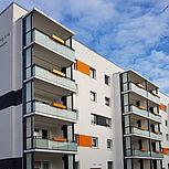 Rechteckige Balkonerweiterung aus Aluminium mit Verbundsicherheitsglas und Betondach