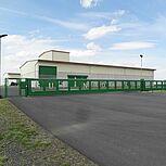 Freitagendes Schiebetor mit grünen Gitterstäben aus Aluminium und 26m Baulänge