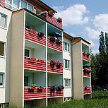 Betonbalkon mit roter Stahlrahmen- oder Aluminiumkonstruktion