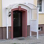 Halbrundes Aluminiumdach als Hauseingangsüberdachung mit Briefkastenanlage