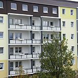 Balkonerweiterung aus Aluminium rechteckig mit weißen Trespaplatten