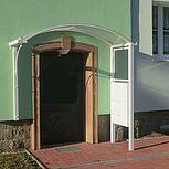 Halbrundes Aluminiumdach als Hauseingangsüberdachung mit Sichtschutzelemente und Briefkastenanlage