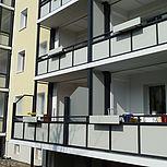 Rechteckige Balkonerweiterung aus Aluminium mit grauen Trespaplatten und Betondach