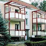 Stahlbalkon mit weißer Stahlrahmenkonstruktion und roten Stahlstützen. Typ Elegance - Sechseckform 3,25 x 1,80m