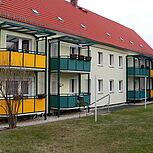 Systembalkone aus Stahl viereckig mit grüner und gelber Stahlrahmenkonstruktion. Typ Elegance 3,45 x 1,5m