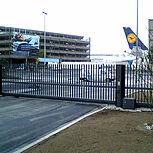 Rollenschiebetor mit Bodenlaufschiene am Flughafen Frankfurt am Main