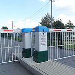 Schrankensystem und Schrankenanlage für den Einfahrt- und Ausfahrtbereich mit Schranken inklusive Hängegitter