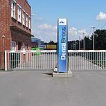 Schrankenanlage für den Einfahrt- und Ausfahrtbereich. Schranken inklusive Hängegitter als Unterkriechschutz