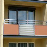 Balkongeländer mit zweifarbigen Trespaplatten und horizontalen Füllstäben