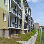 Balkonerweiterung rechteckig aus Aluminium mit grauen Trespaplatten und Betondach