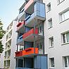 Moderne  Aluminiumbalkone mit Stabfüllung in rot und blau, halboffen und geschlossen